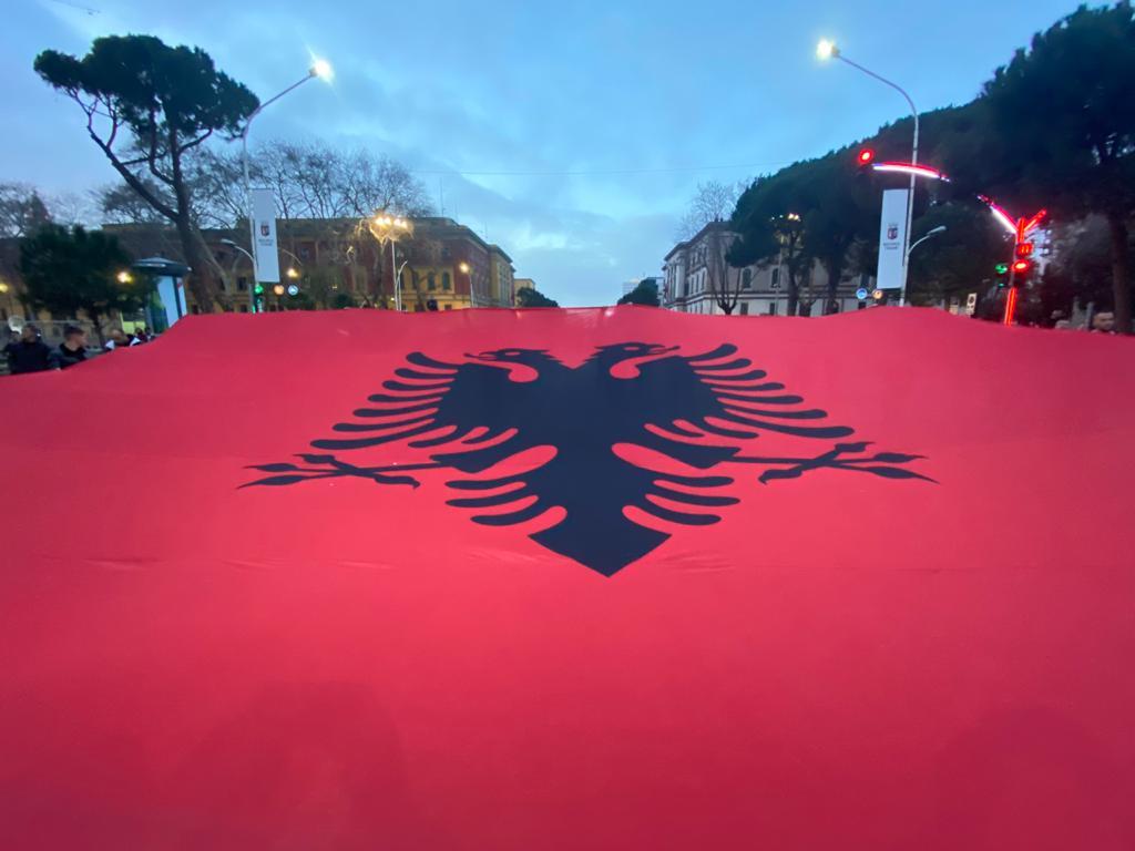Shpaloset flamuri gjigant kuq e zi, në bulevardin Dëshmorët e Kombit -  Ngjarjet e Ditës
