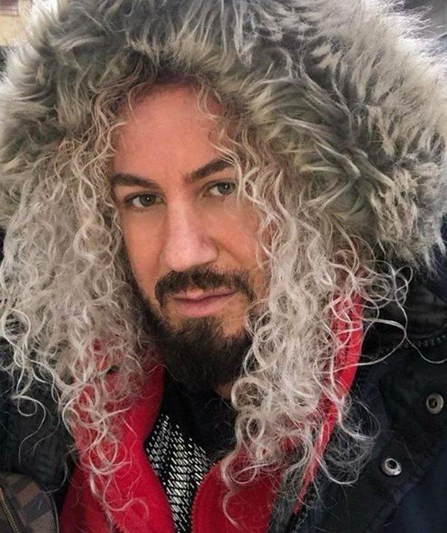 Këngëtari shqiptar bën ndryshimin e guximshëm, nuk njihet me flokët ngjyrë… (FOTO)