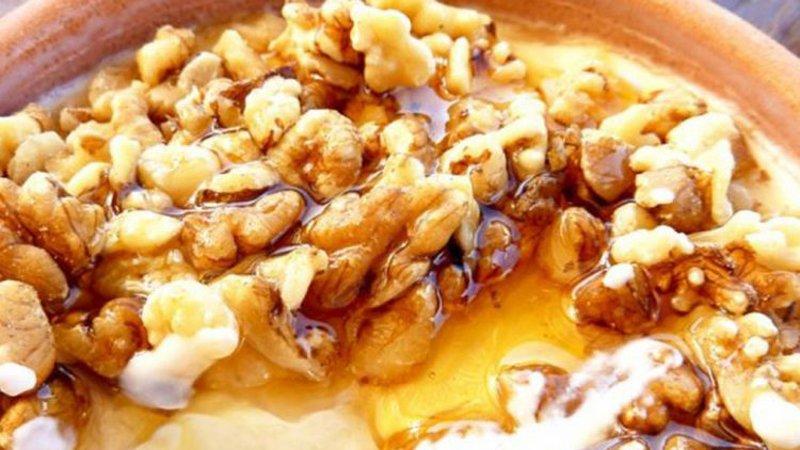 Arra, kos, mjaltë në mëngjes për fuqi gjatë ditës