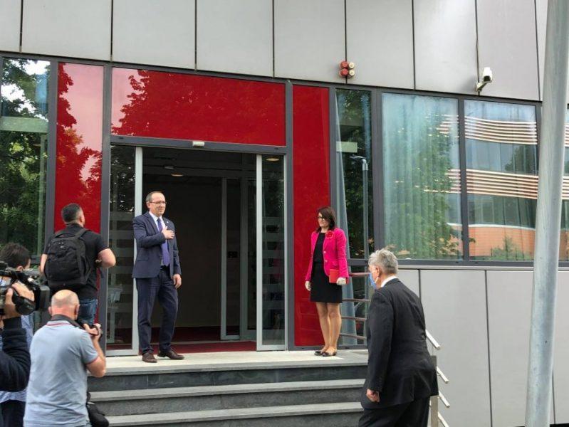 E pret me dorë në zemër/ Ambasadori Amerikan, mysafiri i parë në zyrën e kryeministrit Hoti (FOTO)