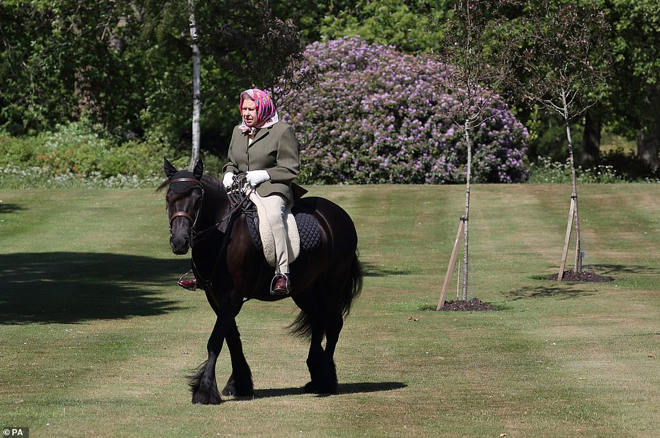 Befason Mbretëresha Elizabeth, shfaqet për herë të parë pas pandemisë në…(FOTO)