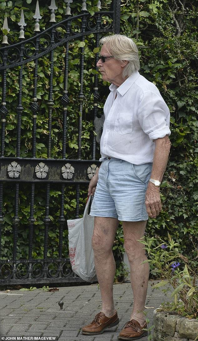 Plot 88 vjeç/ Por aktori i famshëm shfaqet si 20-vjeçar rrugëve, me pantallona të shkurtra dhe… (FOTO)