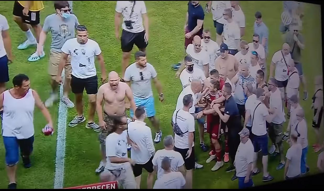 Pas rënies nga kategoria të skuadrës së tyre, tifozët futen në fushë dhe godasin lojtarët (VIDEO)