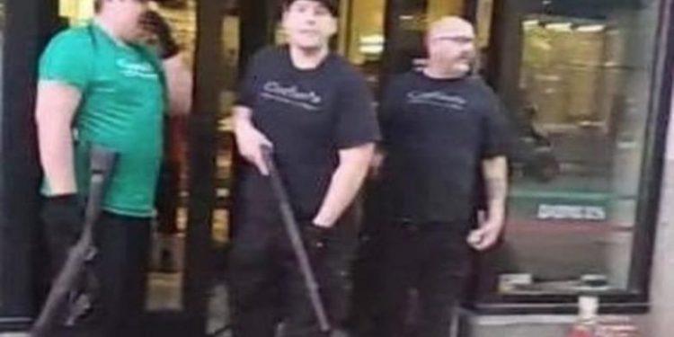 Protestat e dhunshme në SHBA/ Pronarët e bizneseve mbrojnë me armë pronat e tyre (VIDEO)