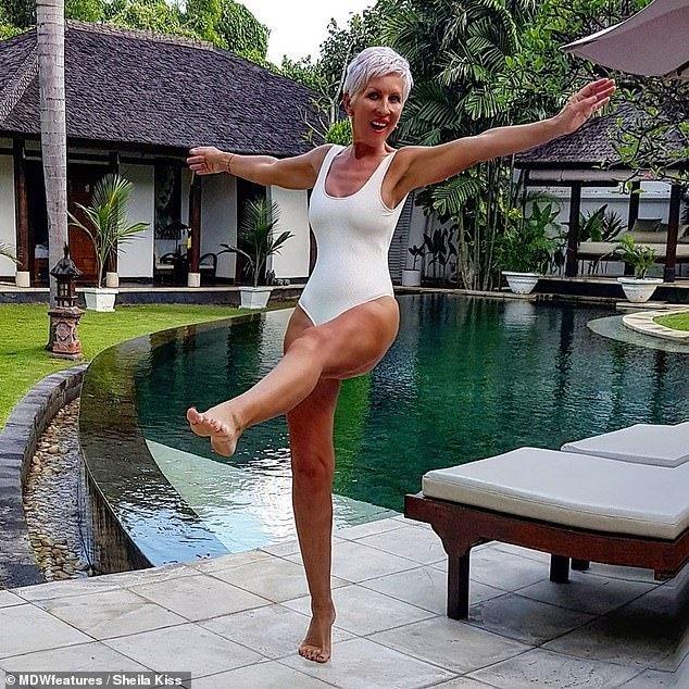 """""""Jam në moshën e nënës tuaj""""/ Britanikja 62 vjeçe që po """"tërbon"""" të rinjtë me fotot """"hot"""" (FOTO)"""