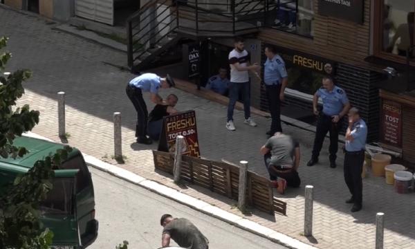Pamje të rënda/ Përleshje me thika mes të rinjve shqiptarë në mes të qytetit (VIDEO)