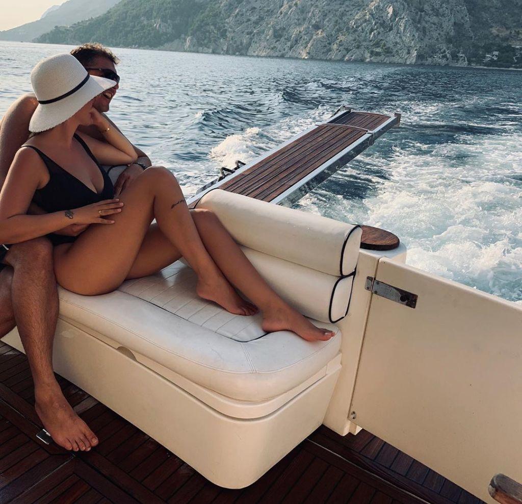 Rezarta Shkurta publikon foton me bikini, zbulon çfarë fshihet pas kuntave me bashkëshortin: Një sherr… (FOTO)