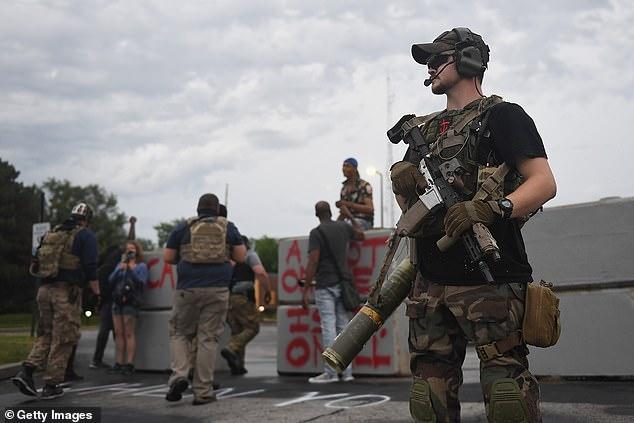 """Çmenduri në SHBA/ Njerëz të armatosur deri në """"dhëmbë"""" dalin në protestë (FOTOT)"""