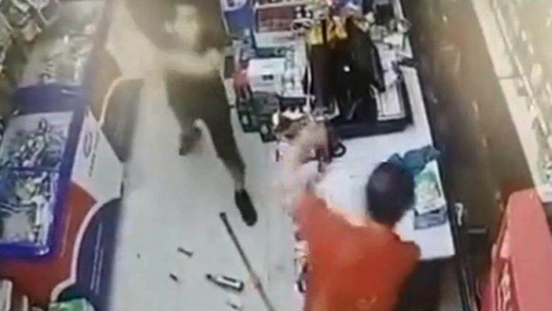 VIDEO  Grabitja shkon keq  shitësi i thyen gjashtë shishe në kokë hajdutit