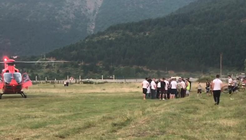 Sherr me thika mes të rinjve në Bulqizë  i plagosuri rëndë transportohet me helikopter drejt Tiranës  VIDEO