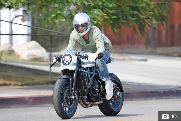 """Brad Pitt kapet """"mat"""", fotografohet duke u larguar me motor nga rezidenca e… (FOTO)"""